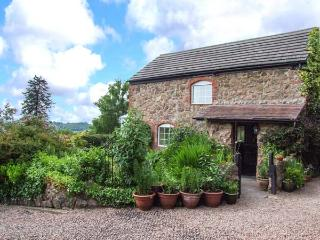 THE COACH HOUSE, open plan, use of leisure area, pet-friendly, garden, WiFi, near Great Malvern, Ref 926072
