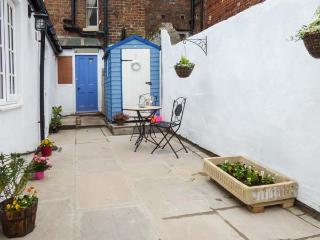 LITTLE TREASURE, ground floor coastal apartment, en-suite, dog welcome, in Whitby, Ref 929137