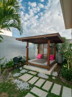 Balinese balè for relaxing - Overlooking the pool