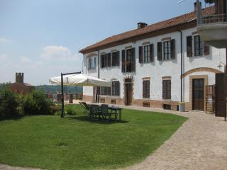 Apartments in Piedmont, green hills, wine e relax, Cossombrato