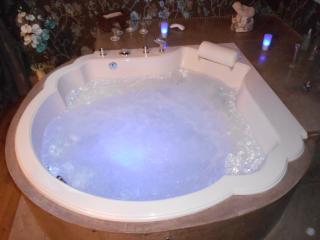 Suite romantique en Val de Loire avec balneo billard piscine accès ext privé, Tavers