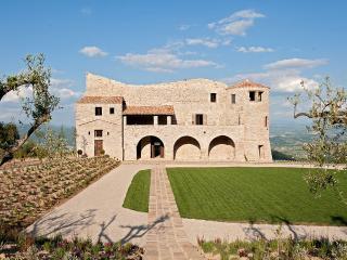 Castello Sant'Eurasia, Sleeps 16, San Lorenzo di Trevi