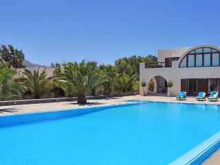 Santorini Beach Villa, Sleeps 6, Mesaria