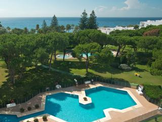 BEACHFRONT,3, BEST ON THE COAST, 5* PLAYAS DEL DUQUE,POOL, FREE WIFI & PARKING,