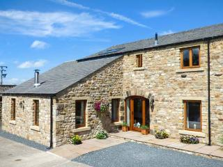 COWSLIP COTTAGE, luxury cottage, Velux windows, woodburner, near Ingleton, Ref 1