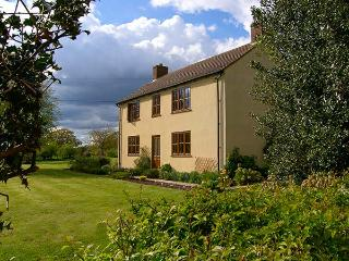 TOP HOUSE, pet friendly, country holiday cottage, with a garden in Northwood, Re