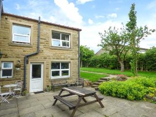 LAUREL BANK COTTAGE, pet-friendly, country holiday cottage, with a garden in Embsay, Ref 803
