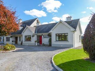 CHERRYFIELD, cosy cottage in lovely countryside, multi-fuel stove, en-suite, garden, in Ballyragget, near Kilkenny, Ref 904441