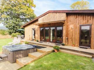SYCAMORE LODGE, luxury accommodation, hot tub, large garden, excellent walking,