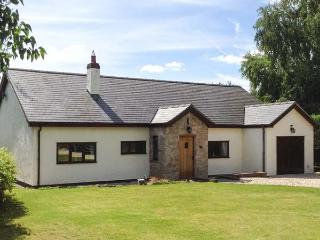 ROSE COTTAGE, detached country cottage with hot tub, en-suite, WiFi, close Denbigh Ref 916114
