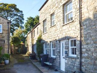 HILLSIDE VIEW, three-storey townhouse, woodburner, enclosed courtyard, WiFi, near Hawes, Ref 920027