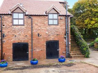 THE GRANARY, RYE HOUSE, mostly first floor, character features, super king-size bed, in Wroot, Bawtry, Ref 921367