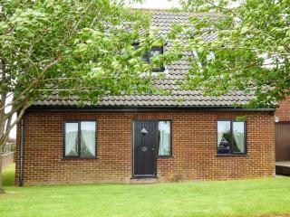 LAUREL, pet-friendly cottage, country views, garden, close Cromer, Southrepps Ref 924948