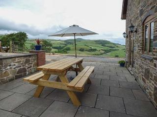 THE OLD HOUSE, cottage with country views, woodburner, WiFi, Llanidloes Ref 924875