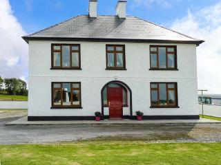 HILL VIEW LODGE, open fire and multi-fuel stove, lawned garden, pet-friendly, near Listowel, Ref 926128
