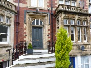 FREEMANTLE TERRACE, ground floor apartment, super king-size bed, pet welcome, romantic retreat, WiFi, in Ripon, Ref 927835