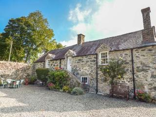 HENBLAS GRANARY, first floor character cottage, pet-friendly, large shared groun