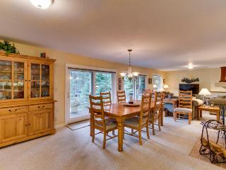 Spectacular dog-friendly home with a private hot tub & close ski access!, Lake Tahoe (California)