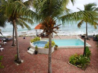 IL PUNTO BLU...located right on the beach in prestigious Pelican Key, bahía de Simpson