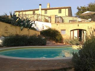 Farmhouse with jacuzzi pool and magnificent views., Penna San Giovanni