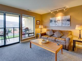 Lake views from upscale condo w/pool & hot tub access!, Chelan