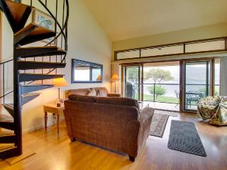 Lakefront condo w/ shared dock, pool, hot tub, & tennis, Chelan