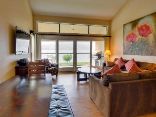 Lovely lakefront condo for eight w/ shared pool & hot tub, Chelan