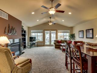 Spacious condo w/ shared pool - boat launches, shoreline, & wine tasting nearby!