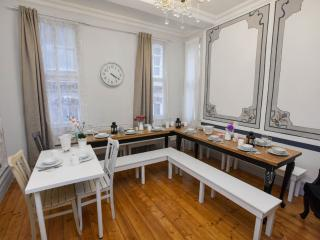 Galata apartment in Beyoglu with WiFi & air conditioning.