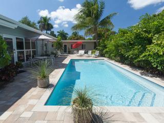 2BR/1BA solar Heated Pool close to Beach & Shops