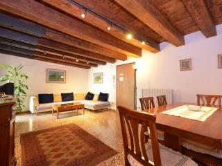 AUDREY - in the triangle Rialto-Saint Mark-Accademia, 2beds, 2bath, wifi, aircnd, Venice