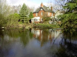 Self-catering studio apartment overlooking lake, Woodhall Spa