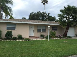 2BD/2BA Modern Pool House 4 Miles Away