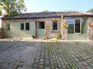 THE COW SHED, detached, stone barn conversion, en-suite, romantic retreat, in Holmbridge, Ref 918646