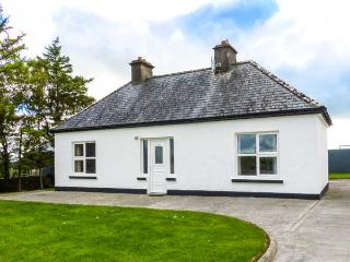FARM COTTAGE, all ground floor, open fire, lawned gardens, WiFi, Balla, Ref 929219