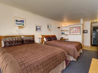 Mountain view condo just steps from lifts, with pools, hot tubs, tennis & more!