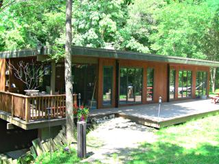 Exclusive Kinnickinnic Canyon Riverfront Retreat, River Falls