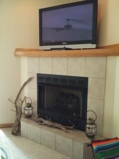 Flat Screen TV with DVD and cable channels, free WIFI