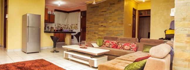 sala de estar y cocina abierta se ve en el fondo