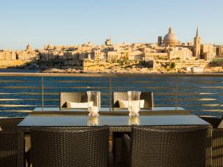 Luxury 3 bedroom - Sea views & views of Valletta, Sliema