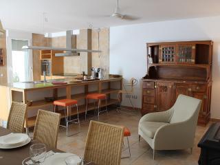 Detalle de la cocina desde el comedor.
