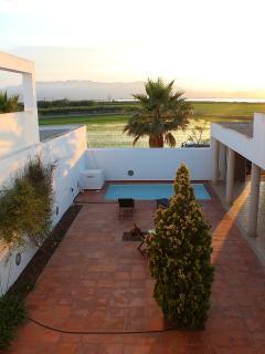 Vistas del patio y la piscina desde la terraza de la planta superior.
