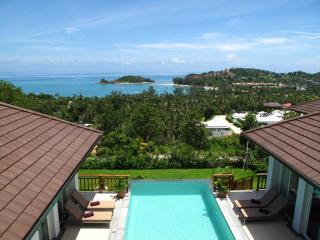 Villa 69 - 10 minute walk to beautiful beach with casual dining