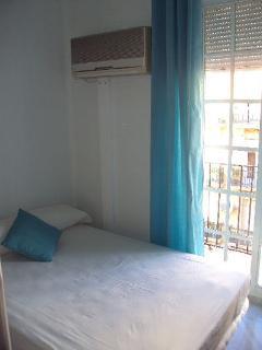 Dormitorio con cama de 1,35x1,90 y litera con 2 camas de 0,90x190 cm