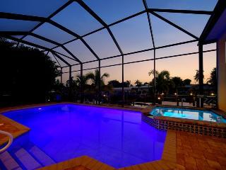 Villa Azurro - Yacht Club Area - 4 bedroom sleeps 8! Direct Access!!, Cape Coral