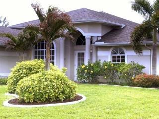 Villa On The Lake gulf access sleeps 8! Pet friendly! FALL SPECIAL!!, Cape Coral