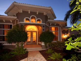 Villa Coral Harbour Gulf Access upscale pool home!! Sleeps 10!, Cape Coral