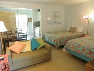 Light and bright bayfront studio with shared pools!, Port Isabel