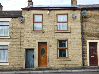 FEATHERBED TOP COTTAGE, cottage with garden, close amenities, walking, Glossop Ref 924538