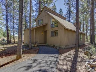 Cozy, dog-friendly home w/private hot tub, SHARC access, Sunriver